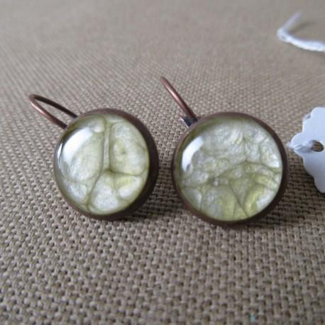 Boucles d'oreilles dormeuses décor résine BBO002007