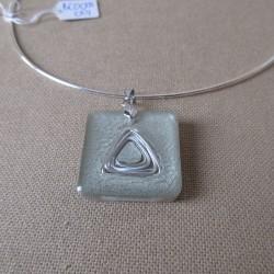 Collier pendentif résine fil aluminium peinture spéciale carré (BCO005001)