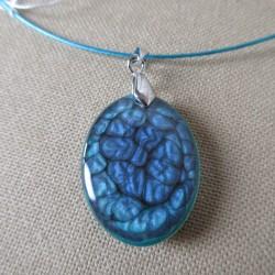 Pendentif résine ovale semi arrondi peinture à effet sur câble turquoise BPE014001