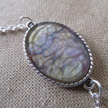 Bracelet artisanal résine sur chaîne montée main anneaux soudés BBR001006