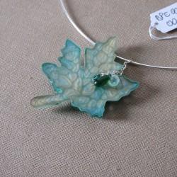 Collier pendentif en résine décor peinture à effet feuille BPE002001